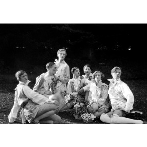 THE-BRIGHT-YOUNG-THINGS-AT-WILSFORD---WILLIAM-WALTON-CECIL-BEATON-HON-STEPHEN-TENNANT-REX-WHISTLER-GEORGIA-SITWELL-ZITA-JUNGMAN-AND-TERESA-JUNGMAN-1927-1-c27705