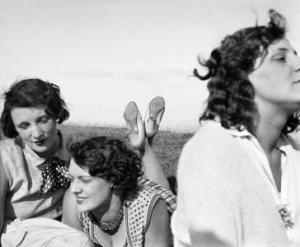 _3__Press_Image_l_Jacques_Henri_Lartigue_l_Bibi__Freddy_et_Margot__Aix_les_Bains__1928_52274142d0a10